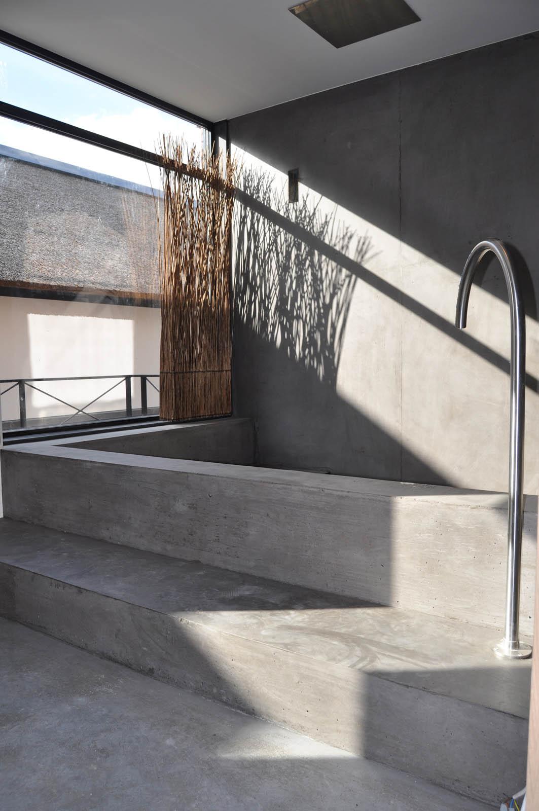 Concrete bath, Villa Heiloo, by Jeroen de Nijs
