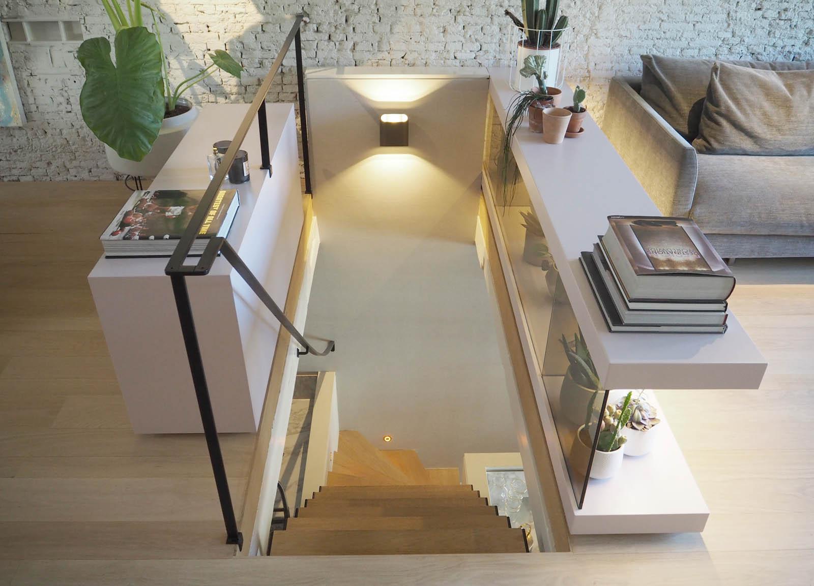 jordaan_amsterdam_grachtenpand_stair_pink_jeroen_de_nijs_bni
