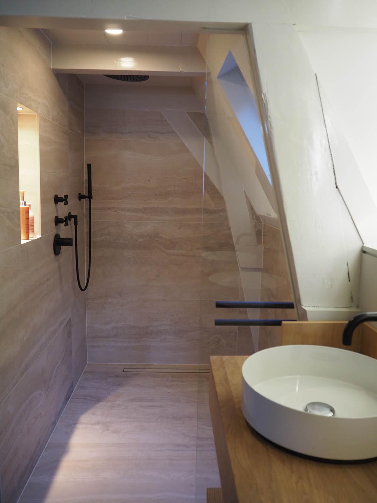 jordaan_amsterdam_grachtenpand_stair_shower_jeroen_de_nijs_bni