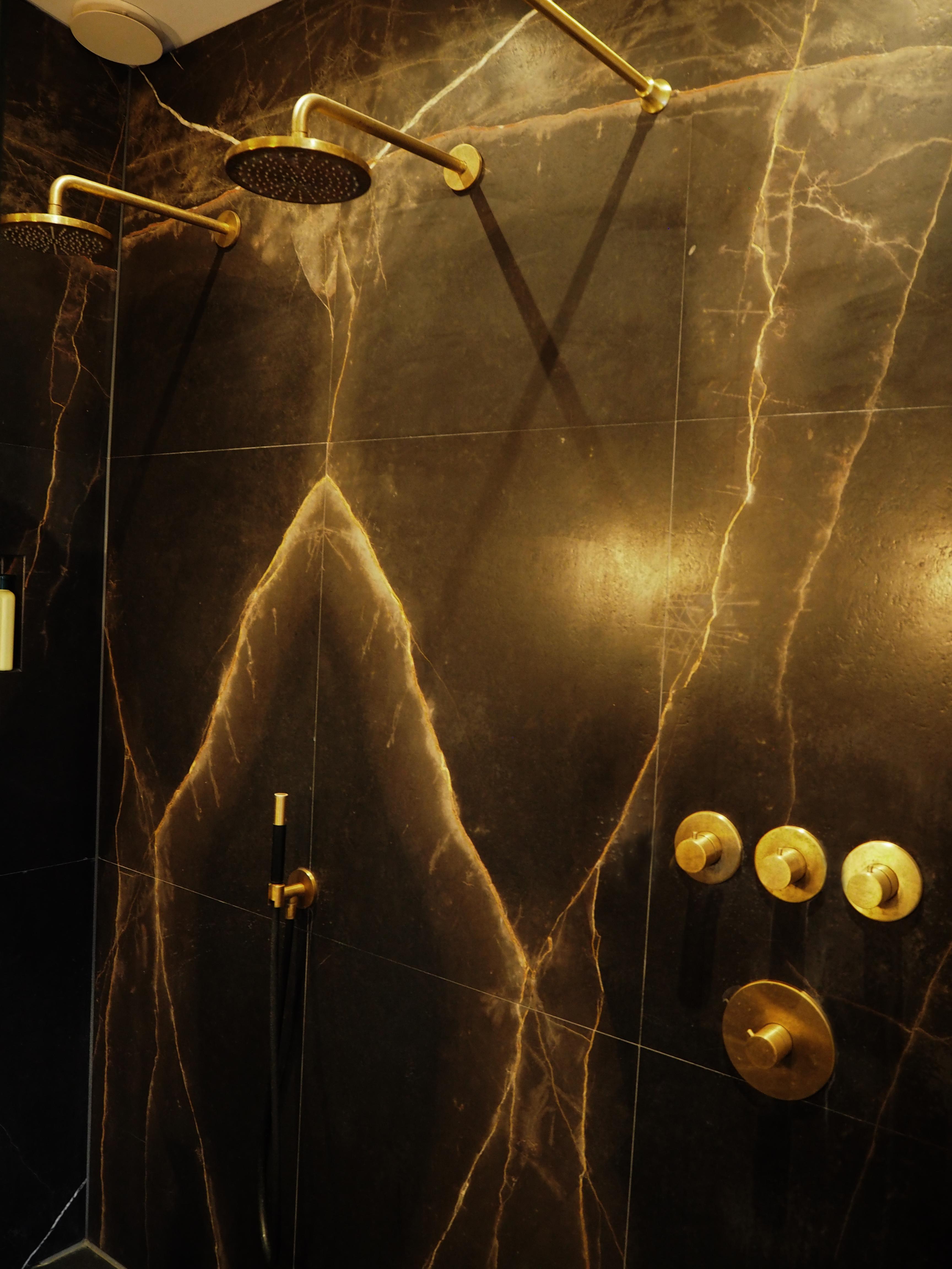 jeroen_de_nijs_ijburg_marble_shower_brass
